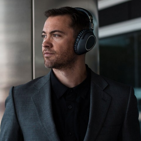 Sennheiser PXC 550 Wireless Headset - Product Application - Man 4