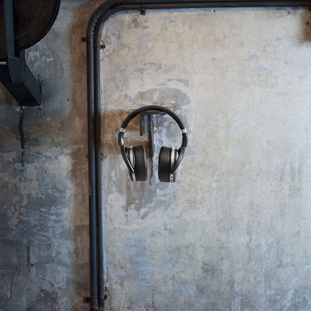Sennheiser HD 4.40 BT Headset - on the Wall
